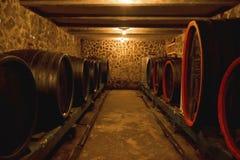 Vieux barils de chêne dans la cave photo libre de droits