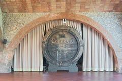 Vieux barils de vin dans l'établissement vinicole de Codorniu en Espagne Image libre de droits