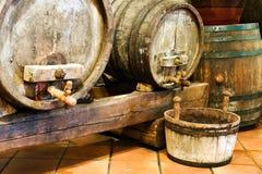 Vieux barils de vin dans une cave images libres de droits