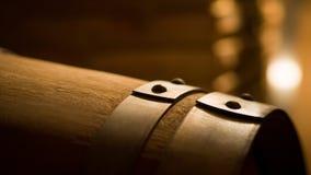 Vieux barils de vin dans une cave Empilé vers le haut des bouteilles de vin dans la cave, poussiéreuse mais savoureuse Photos stock