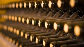 Vieux barils de vin dans une cave Empilé vers le haut des bouteilles de vin dans la cave, poussiéreuse mais savoureuse Photos libres de droits