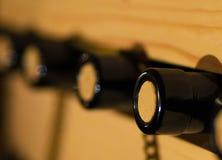 Vieux barils de vin dans une cave Empilé vers le haut des bouteilles de vin dans la cave, poussiéreuse mais savoureuse Photographie stock