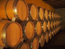 Vieux barils de vin dans une cave Empilé vers le haut des bouteilles de vin dans la cave, poussiéreuse mais savoureuse Images libres de droits