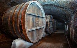 Vieux barils en bois dans la cave de vintage Lefkadia, Russie Image stock