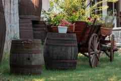 Vieux barils en bois de chariot et de bouleau Photographie stock libre de droits