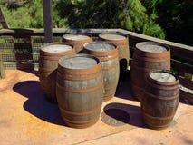 Vieux barils en bois rouillés photographie stock