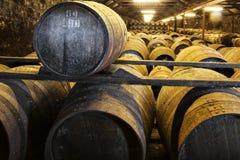 Vieux barils en bois vieillissants et tonneaux dans la cave au distillateur de whiskey Photo stock