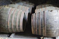 Vieux barils en bois vieillissants et tonneaux dans la cave au distillateur de whiskey Photographie stock libre de droits
