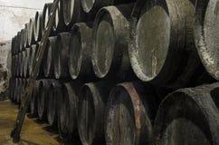 Vieux barils pour le whiskey ou le vin photographie stock libre de droits