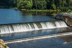 Vieux barrage à la centrale hydroélectrique antique, écoulements d'eau photographie stock libre de droits