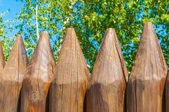 Vieux barrière et bouleau en bois sur un fond bluesky, paysage russe Image libre de droits