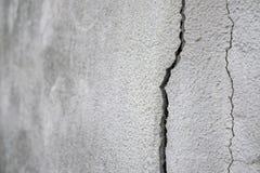 Vieux base et mur de plâtre avec des fissures Construction exigeant le plan rapproché de réparation photo stock