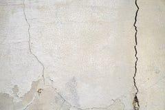 Vieux base et mur de plâtre avec des fissures Construction exigeant le plan rapproché de réparation photographie stock