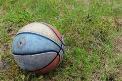 Vieux basket-ball modifié Photographie stock libre de droits