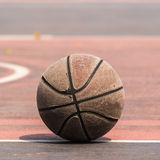 Vieux basket-ball sur la cour de basket-ball/cour Type de cru Images stock