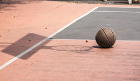 Vieux basket-ball sur la cour de basket-ball/cour Type de cru Photos libres de droits