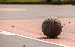 Vieux basket-ball sur la cour de basket-ball/cour Type de cru Photo stock