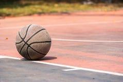 Vieux basket-ball sur la cour de basket-ball/cour Type de cru Photographie stock