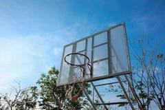 Vieux basketballhoop en parc avec le fond de ciel bleu photo stock