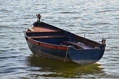 Vieux bateau à rames ancré image libre de droits