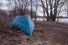 Vieux bateau à terre photographie stock libre de droits