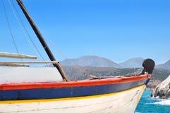 Vieux bateau à voile sur le fond des collines photographie stock