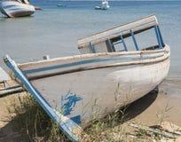 Vieux bateau abandonné abandonné sur la plage Photos libres de droits