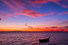 Vieux bateau abandonné sur la mer à l'arrière-plan d'un landsca de mer Photo libre de droits