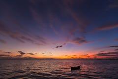Vieux bateau abandonné sur la mer à l'arrière-plan d'un landsca de mer Photo stock