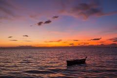 Vieux bateau abandonné sur la mer à l'arrière-plan d'un landsca de mer Image stock