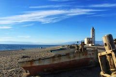 Vieux bateau abandonné sur la plage Images libres de droits