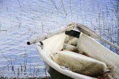 Vieux bateau avec de vieilles palettes photographie stock libre de droits