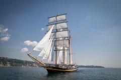 Vieux bateau avec les ventes blanches Image stock