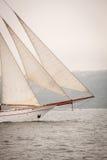 Vieux bateau avec les ventes blanches, naviguant en mer Images stock