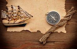 Vieux bateau classique de papier, de compas, de corde et modèle image libre de droits