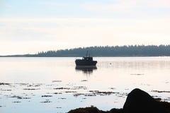 Vieux bateau dans la baie Images libres de droits
