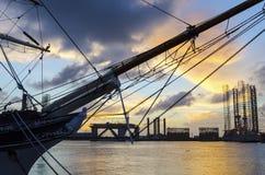 Vieux bateau dans le coucher du soleil Images stock