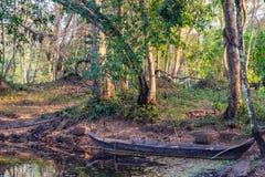 Vieux bateau dans les eaux tropicales de l'étang Cambodge Photo libre de droits