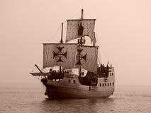 Vieux bateau de bataille en mer Photos stock