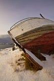 Vieux bateau de pêche échoué Images stock