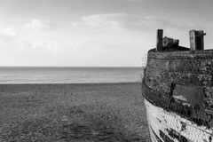 Vieux bateau de pêche abandonné sur la plage dans des tons monochromes Photos stock