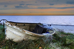 Vieux bateau de pêche avant lever de soleil, mer baltique Photos libres de droits