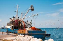 Vieux bateau de pêche avec des filets de pêche images libres de droits