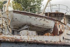 Vieux bateau de pêche blanc superficiel par les agents rouillé dans le port sur la rivière de Dnieper, Ukraine photo stock