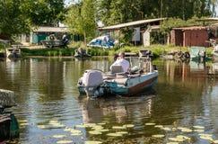 Vieux bateau de pêche et banques marécageuses de la rivière de Dnieper Pêche en eau douce en Europe de l'Est photos stock