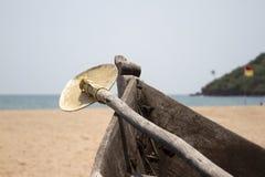 Vieux bateau de pêche se tenant sur la plage sablonneuse Inde, Goa Image libre de droits