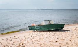 Vieux bateau de pêche sur une plage sablonneuse Image libre de droits