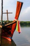 Vieux bateau de pêche thaïlandais à la plage près des palétuviers Image libre de droits