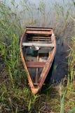 Vieux bateau de pêche utilisé en bois sur le lac en automne photographie stock libre de droits