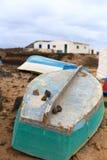 Vieux bateau de pêche verturned sur l'île espagnole de Les Lobos Photo stock
